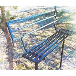 Скамейка металлическая с коваными элементами со спинкой.